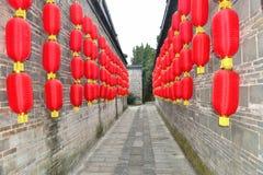 As lanternas vermelhas e a aleia antiga de China Fotografia de Stock Royalty Free