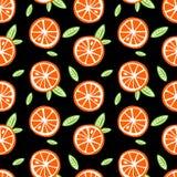 As laranjas do fruto com verde saem em um SE preto do teste padrão do fundo Foto de Stock
