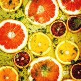 As laranjas e as toranjas vermelhas maduras cortaram por anéis Foto de Stock Royalty Free