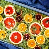 As laranjas e as toranjas vermelhas maduras cortaram por anéis Fotografia de Stock Royalty Free