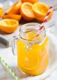 As laranjas saborosos espremeram com vidro no primeiro plano Imagem de Stock Royalty Free