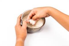As lavagemes da mão aumentam com água em uma bacia no branco isolado Imagem de Stock