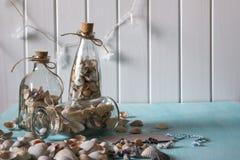 As lembranças gostam de garrafas com conchas do mar Foto de Stock