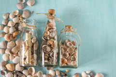 As lembranças gostam de garrafas com conchas do mar Decoração interior Imagem de Stock