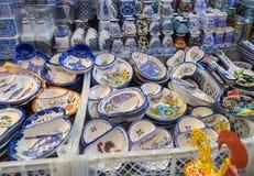 As lembranças portuguesas tradicionais para a venda no mercado Mercado de Porto fazem Bolhao fotografia de stock royalty free