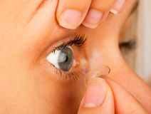 As lentes de contato corrigem a remoção Imagens de Stock Royalty Free