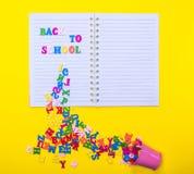 As letras coloridos de madeira dispersadas de um ferro bucket em um n Imagens de Stock