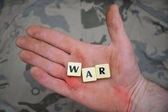 As letras com texto guerreiam em uma mão suja Conceito Fotografia de Stock Royalty Free