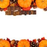 As letras de madeira da ação de graças feliz com outono dobram a beira sobre o branco Imagens de Stock