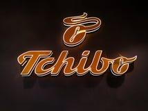 As letras luminosas marcam Tchibo na parede imagem de stock