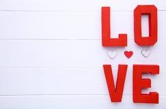 As letras vermelhas amam no fundo bege Palavra do amor imagem de stock royalty free