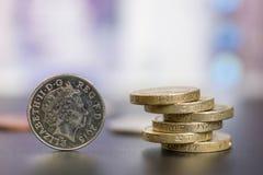 As libras das moedas são empilhadas em se fotografia de stock royalty free
