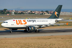 As linhas aéreas carga de TC-VEL ULS, Airbus A310-304F nomearam ADIYAMAN Foto de Stock