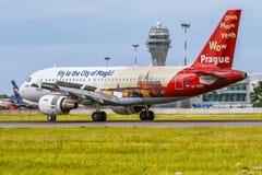 As linhas aéreas checas cityofmagic de Airbus A319 OK-NEP Praga estão aterrando Foto de Stock Royalty Free