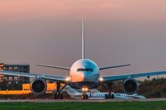 As linhas aéreas de Boeing 777-200er Transaero decolam a pista de decolagem no aeroporto Fotografia de Stock