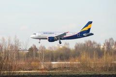 As linhas aéreas Donavia de Airbus A319-111 VP-BNB) antes de aterrar no aeroporto de Pulkovo Imagens de Stock Royalty Free