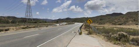 As linhas de alta tensão ao longo da estrada dirigiram no Laguna Beach Foto de Stock Royalty Free