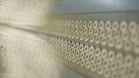As linhas de matéria têxtil das mostras da câmera reforçam o macro do pneumático vídeos de arquivo