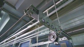 As linhas do close up esticam ao tear industrial na planta video estoque