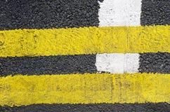 As linhas do tráfego na superfície da estrada asfaltada são compostas de um tipo de fundo Foto de Stock Royalty Free