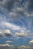 As linhas eléctricas e as torres contra Fotografia de Stock Royalty Free
