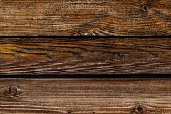 As linhas horizontais ajustadas das placas marrons resistiram ao projeto rústico da carcaça de madeira velha da base fotografia de stock royalty free
