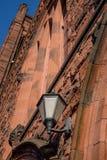 As lâmpadas da fachada e da entrada do tijolo de wi históricos velhos de uma igreja Imagens de Stock Royalty Free
