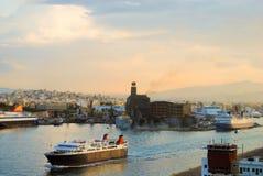 As logísticas e o transporte do navio de carga internacional do recipiente com a ponte do guindaste dos portos no porto no crepús Imagem de Stock Royalty Free