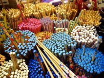 As lojas e as lojas oferecem e vendem uma variedade de produtos locais da lembrança aos turistas no bairro chinês, Singapura Imagens de Stock Royalty Free
