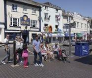 As lojas pelo porto interno abrigam Brixham Torbay Devon Endland U Imagem de Stock Royalty Free
