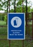 As luvas protetoras da segurança devem ser vestidas, sinal imperativo fotografia de stock royalty free