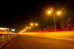 As luzes alinham as estradas na noite Fotografia de Stock