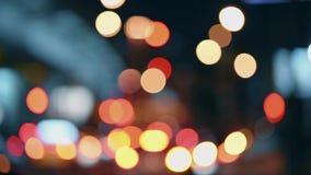 As luzes da cidade da noite Movimento Defocused dos carros em uma estrada ocupada video estoque