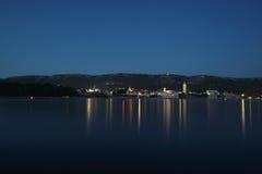 As luzes da cidade refletiram no mar Foto de Stock