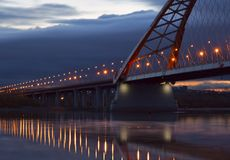 As luzes da corrida da ponte de Bugrinsky ao horizonte fotografia de stock royalty free