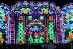 As luzes da iluminação fazem povos felizes em um momento especial Imagem de Stock