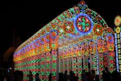 As luzes da iluminação fazem povos felizes em um momento especial Fotos de Stock