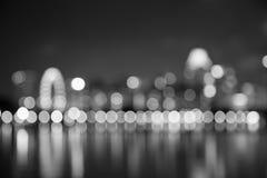As luzes da noite da cidade de Singapura borraram o bokeh preto e branco Fotografia de Stock Royalty Free