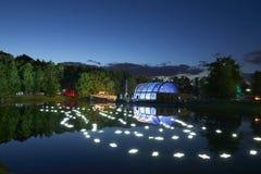 As luzes da noite mostram o ` da inspiração do ` no parque da cidade jardim de Ostankino Centenas de luzes na floresta que surpre Fotos de Stock