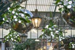 As luzes de Natal estão aparecendo por todo o lado na cidade Este é mercado do jardim de Covent imagens de stock