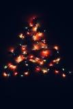 As luzes de Natal vibrantes formam uma árvore Fotos de Stock Royalty Free