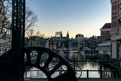 As luzes de nivelamento de n?on refletiram nos canais de Amsterd?o, os Pa?ses Baixos fotos de stock