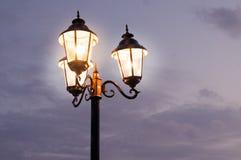As luzes de rua antiquados dispararam contra um céu nebuloso Imagens de Stock Royalty Free