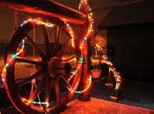 As luzes decorativas brilhantes do ano novo foram instaladas em torno do pátio de entrada coberto da casa fotos de stock royalty free