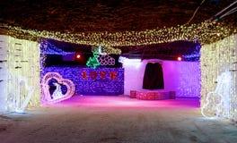As luzes decorativas iluminam ruas subterrâneas imagens de stock