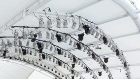 As luzes equipamento e projetores da iluminação de fase montaram aos trilhos ceiliing imagens de stock