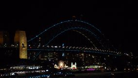 As luzes iluminadas na ponte de porto de Sydney em Sydney vívido são um festival de luz anual, de música e de ideias, realizadas  video estoque