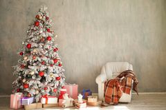 As luzes interiores da árvore do White Christmas da casa do Natal do ano novo cintilam presentes de época natalícia do inverno foto de stock royalty free
