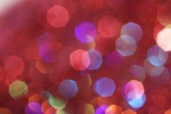 As luzes suaves vermelhas, cor-de-rosa, brancas, amarelas e de turquesa abstraem o fundo - cores escuras Fotos de Stock