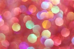 As luzes suaves vermelhas, cor-de-rosa, brancas, amarelas e de turquesa abstraem o fundo - cores escuras Fotos de Stock Royalty Free